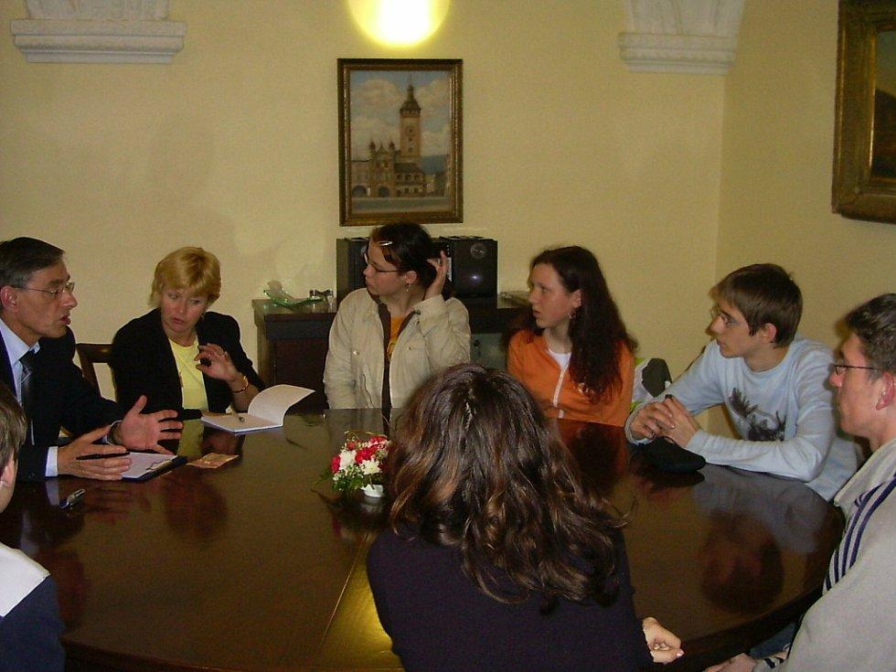 S plánem zpřístupnit věž Staré radnice v Hranicích pro širokou veřejnost a nalákat tak do města více turistů přišla skupina studentů gymnázia. S bývalým starostou města Vladimírem Juračkou se v jeho kanceláři sešli 10. dubna 2006.