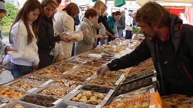 Farmářský trh a Ovocný den přilákal v sobotu 8. října k hranickému zámku stovky lidí