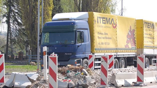 Bezpečnostní ostrůvek v Lověšicích se má začít spravovat už v květnu.