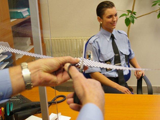 Při slavnostním otevírání nového klientského centra městské policie v Havlíčkově ulici nesmělo chybět ani tradiční přestřižení pásky.