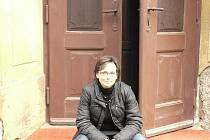 Pavlína Lukášová před vchodem do evangelického kostela na Šromotově náměstí