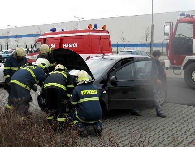 Hasiči vyjížděli k domnělému požáru automobilu u továrny Multidisplay.
