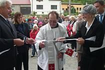 Nejdůležitějším bodem víkendového programu bylo slavnostní otevírání nové budovy obecního úřadu, které požehnal místní farář František Adamec.