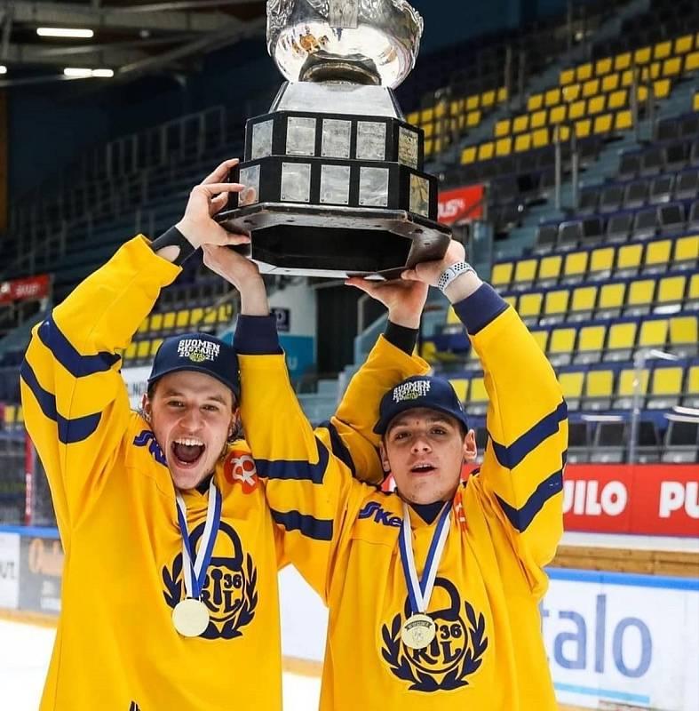 Ondřej Cubo (vpravo) po triumfu ve finské juniorce.