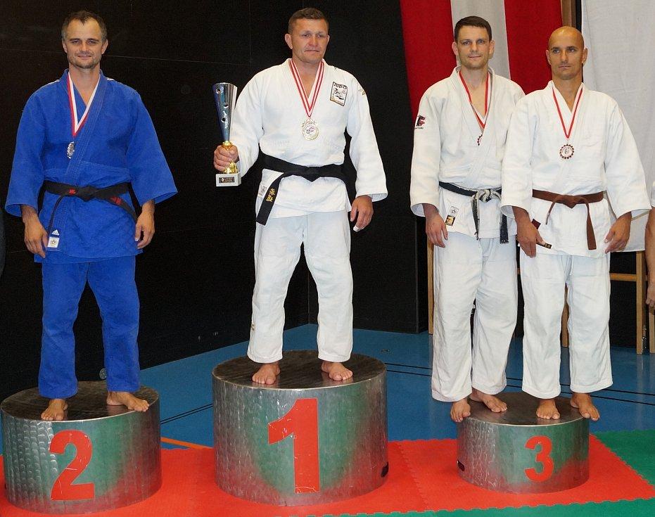 Závodník Judo Železo Hranice Tomáš Ličman (druhý zprava) na stupních vítězů na otevřeném mistrovství Rakouska kategorie Masters.