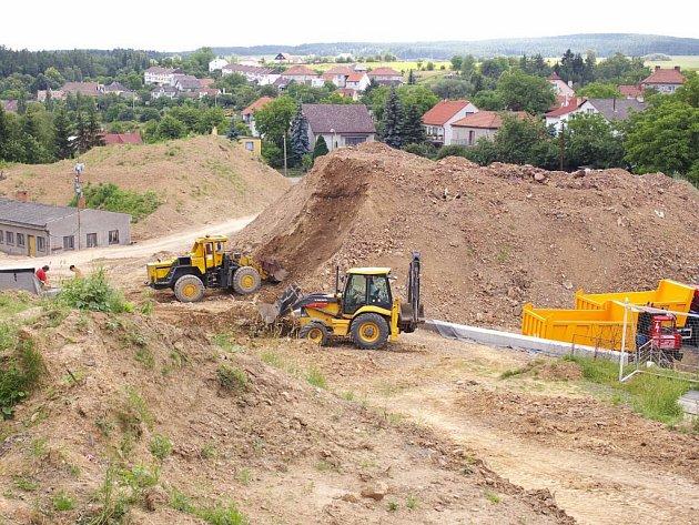 Hlíny z nově budovaného hřiště v Konici je příliš. Původně s ní měli stavbaři dorovnat terén cyklostezky.