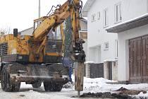 Závadu vodovodního potrubí, které prasklo kvůli silnému mrazu, odstraňovali pracovníci Vodovodů a kanalizací v Durychově ulici v Přerově. Stejné problémy měli ale i obyvatelé Lipníku nad Bečvou, Tovačova a záhorských obcí na Hranicku.