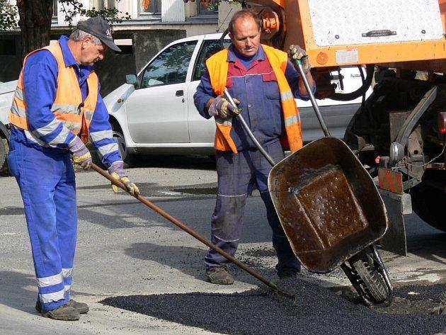 V Prostějově se záplatují silnice.