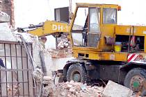 Stavební firma provádí v těchto dnech demolici budovy v Bratrské ulici v centru Přerova. Akce si vyžádala investiční náklady ve výši 1,7 milionu korun.