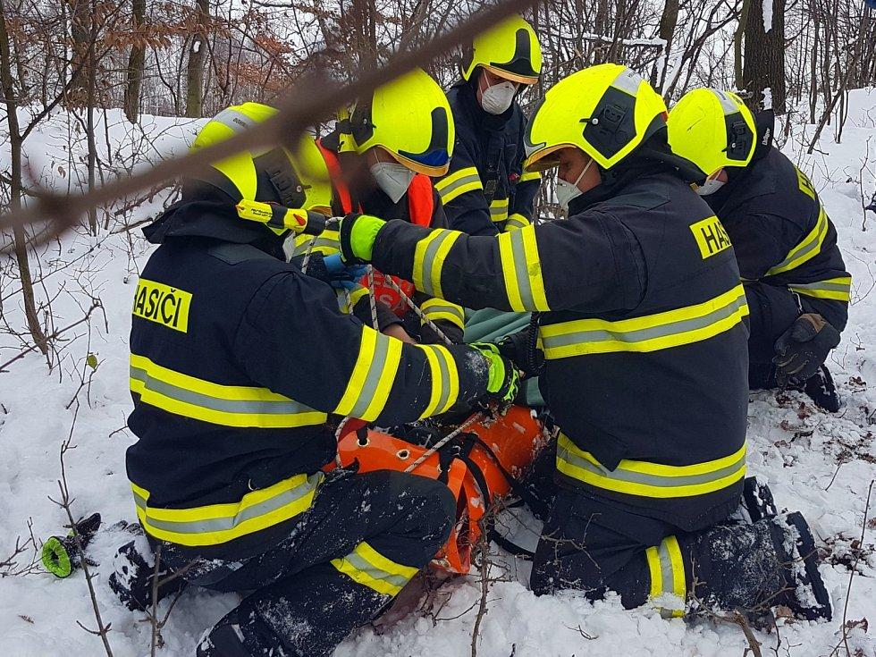 Hasiči u Radíkova  trénovali záchranu zraněné osoby.
