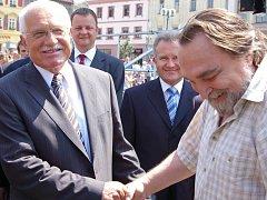 V Přerově přišel Václava Klause pozdravit i zpěvák Jaroslav Wykrent.