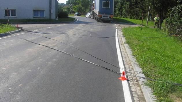 Přepravovaným nákladem strhl řidič telefonní kabel.