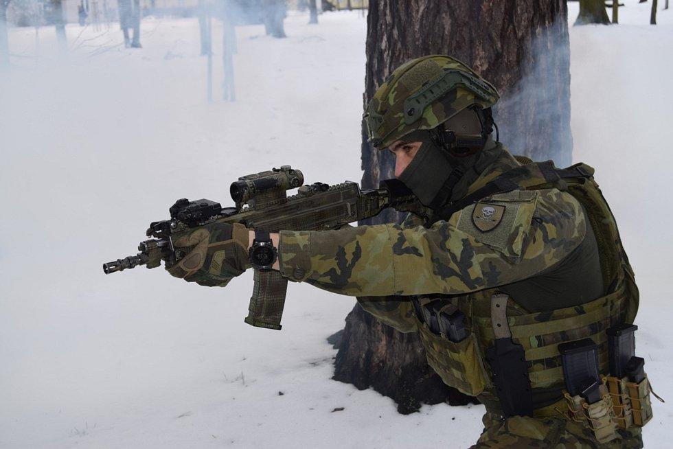 """Cranius - nový nůž průzkumáků 71. mechanizovaného praporu """"Sibiřského"""" byl představen v kapli svaté Barbory v Hranicích."""