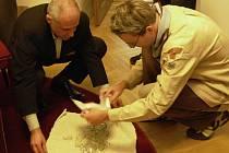 Zástupci Hranic a Skautů v pondělí 13. října otevřeli tajemnou schránku, kterou našli dělníci při výkopových pracích minulý týden.