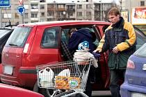 U žádného supermarketu v Hranicích nejsou parkovací místa pro maminky s dětmi.