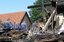 Následky nočního požáru odstraňovali ve čtvrtek dopoledne v obci Lipná členové dvou dobrovolných hasičských sborů a dobrovolní pracovníci, které tam vyslal Městský úřad Potštát.