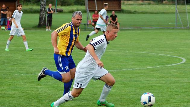 Fotbalisté Ústí (v bílém) v přípravném utkání proti FK Kozlovice.