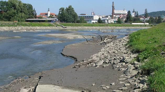 Suché a popraskané dno hranické Bečvy není dílem počasí. Mohou za něj právě probíhající opravy na jezu.