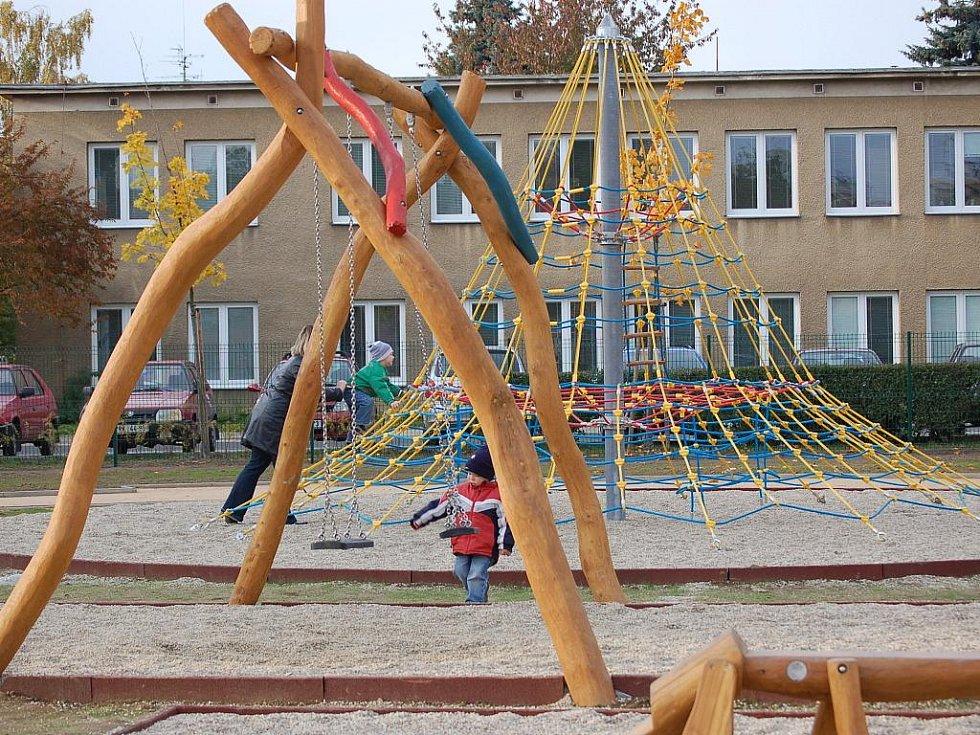 Průlezky, houpačky, ale také horolezecká stěna a nebo kolotoč – takové herní prvky mohou nyní využívat děti na novém hřišti v Jasínkově ulici za Priorem.