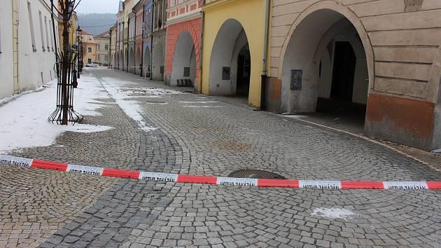Kvůli popadané střešní krytině byla uzavřená Radniční ulice v Hranicích.