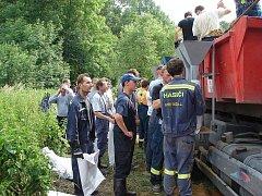 U Polomi se dobrovolní hasiči ze Stříteže podíleli na stavbě provizorní hráze z pytlů s pískem.