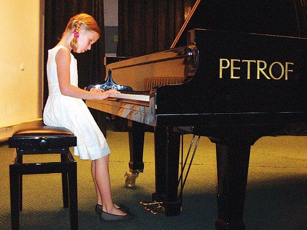 Svůj um předvedly na klavírním koncertě i malé pianistky.
