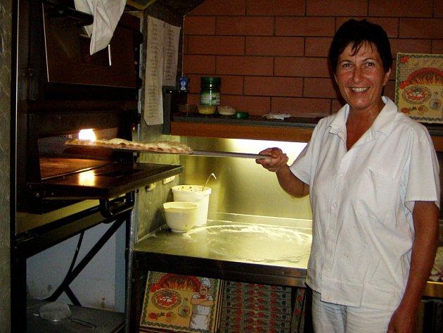Pizza se v Kotelně dává z lopaty přímo do pece.