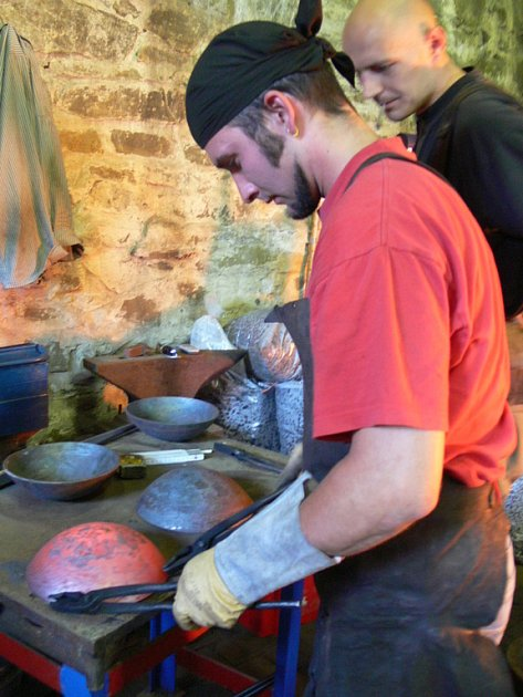 Návštěvníkům hradu se v sobotu poprvé představila čtveřice uměleckých kovářů ze zahraničí.
