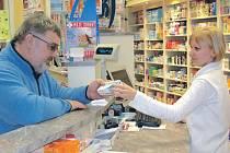 Přestože v regionu řádí chřipková epidemie, lidé se k doktorům příliš nehrnou. Vyberou si dovolenou, v lékárně si koupí léky a kurýrují se bez asistence odborníků.