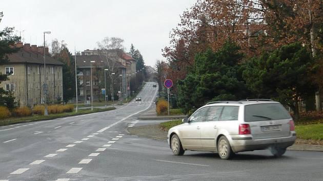 KDO MÁ PŘEDNOST? Bílé pruhy na silnici vyznačují lépe vedlejší cestu, hlavní vidět není.