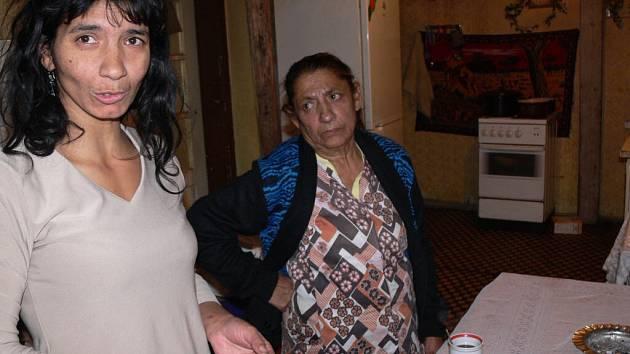 Plenky pereme každý den ručně a potraviny skladujeme venku, říká Jolana Tulejová (vlevo).