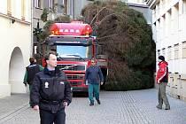 Cesta vánočního stromu na hranické náměstí. Ilustrační foto
