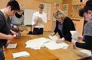 Sčítání hlasů z prvního kola prezidentské volby na ZŠ Struhlovsko v Hranicích.