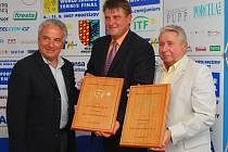 Francesco Ricci Bitti (vlevo) předal v Prostějově děkovné plakety prezidentovi Českého tenisového svazu Ivo Kaderkovi (uprostřed) a šéfovi marketinkové agentury TK Plus Miroslavu Černoškovi.