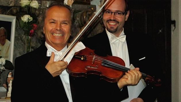 Houslový virtuóz Václav Hudeček a cembalista Martin Hroch ve středu předvedli své umění i v kostele Stětí svatého Jana Křtitele v Hranicích