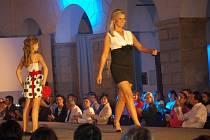 Zámecké prostory v Hranicích byly v sobotu dějištěm akce Móda elegantních dam.