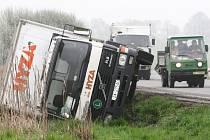 Mezi Černotínem a Miloticemi nad Bečvou se převrátil kamion.