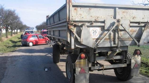 Řidič renaultu i jeho spolujezdkyně byli lehce zraněni.