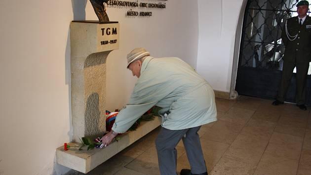 Starost Jiří Kudláček, vojáci i veřejnost přišli uctít památku T. G. Masaryka k výročí jeho narození. Květiny pokládali k jeho bustě v foyeru Staré radnice.