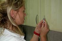 Dětská zdravotní sestra z ordinace Cecílie Kolářové v Hranicích připravuje vakcínu proti chřipce. Očkovat se proti této nemoci začalo teprve minulý týden.