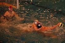 Vodní pólisté KVP Přerov ve svém bazénu rozehráli baráž o první ligu proti posílené Slavii Hradec Králové, ale úvodní dvojutkání se jim vůbec nepodařilo a získali jen bod za remízu 9:9.