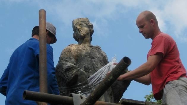 Restaurátorské práce na soše svatého Jana Nepomuckého ve Skaličce