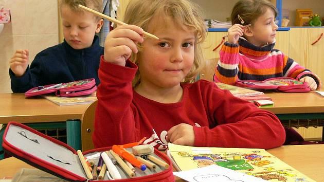 Předškoláci z mateřinky Klíček na Struhlovsku si na ZŠ 1. máje vyzkoušeli, jaké to je sedět ve školních lavicích