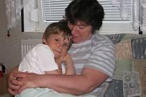 Mnohonásobná maminka Vlasta Kršňáková je na snímku s nejmladším členem rodiny, kterým je sedmiletá Ivetka. Po prázdninách půjde do první třídy.