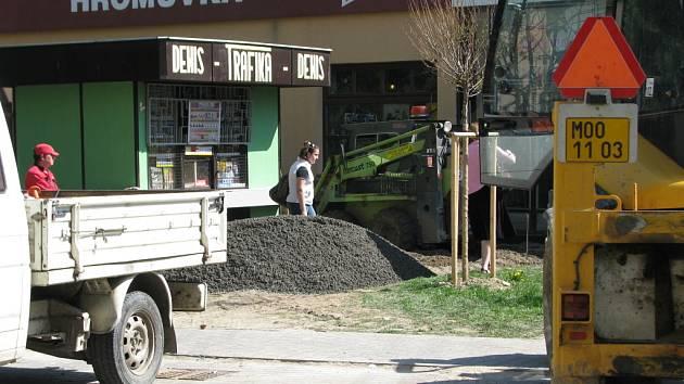 Stroje na Hromůvce jezdí přitom přes parkovací plochu, která byla opatřena novou dlažbou teprve vloni.