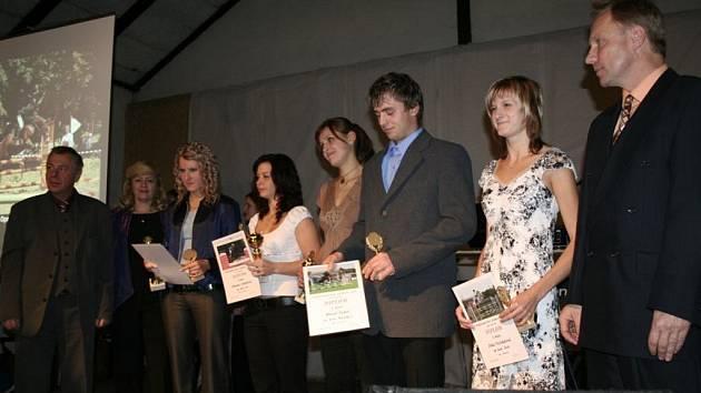 Mladí jezdci zleva: Aneta Opršalová, Simona Sviteková, Lucie Brabcová, David Šubrt a Jitka Nečekalová.