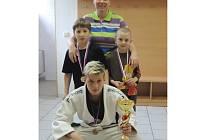 Trenérka Olga Chytrá s medailisty a pohárem za druhé místo