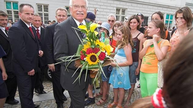 Václav Klaus včera navštívil tři města přerovského regionu. Hlavu státu vítaly na náměstích v Přerově, v Lipníku nad Bečvou a v Kojetíně stovky lidí.
