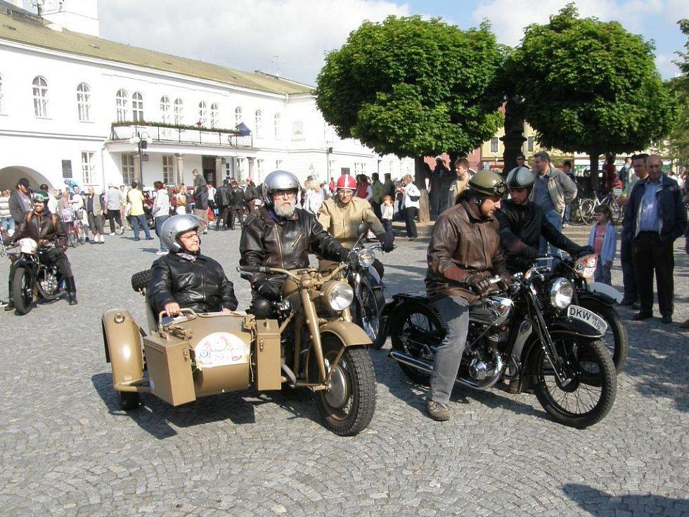 Automobiloví veteráni na náměstí v Lipníku