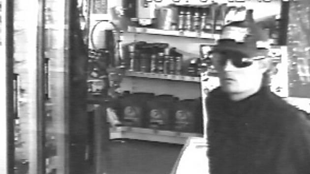 Pachatel loupežného přepadení na čerpací stanici v Tovačově.